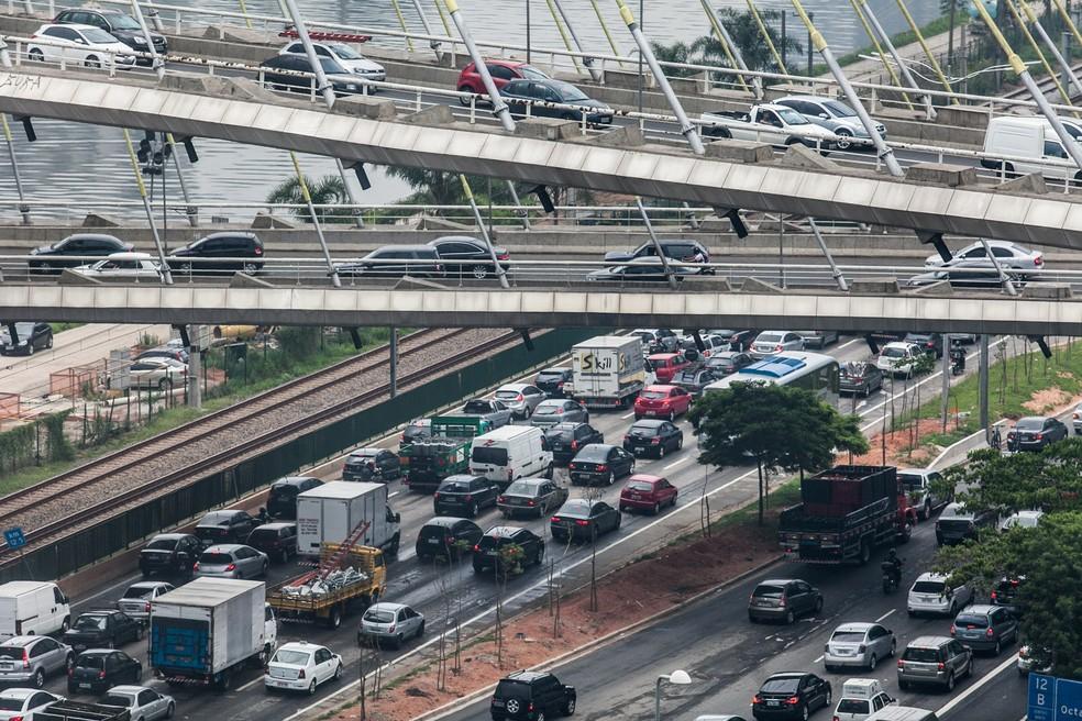 Trânsito congestionado na marginal do rio Pinheiros, próximo à Ponte Estaiada, na Zona Sul de São Paulo, em imagem de arquivo — Foto: Marcelo Brandt/G1