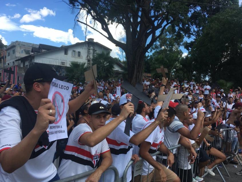 São-paulinos já fizeram protesto em frente ao Morumbi neste ano - FOTO: Fellipe Lucena